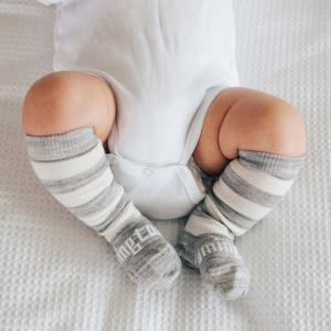 chaussettes grises rayées